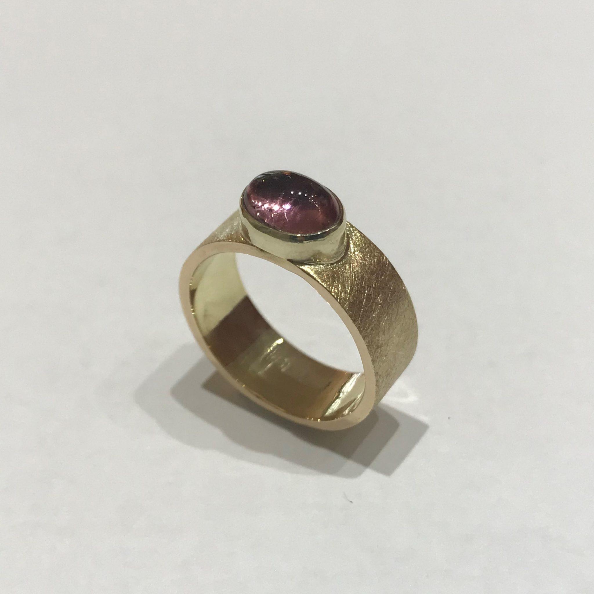 Het Juweel:; ring met roze toemalijn gemaakt van eigen goud
