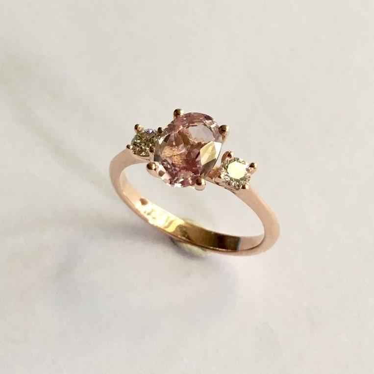 Het Juweel: ring met roze korung en diamant