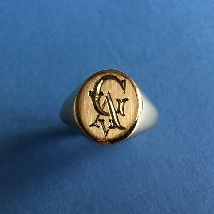 Het Juweel: zegelring met monogram van eigen goud
