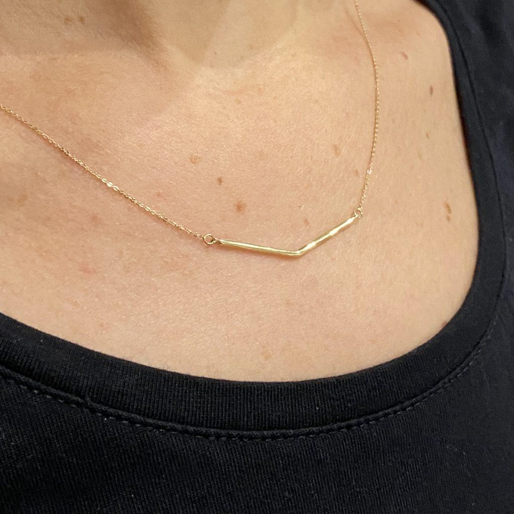 5. 14 karaat geelgouden collier met brede V-vorm